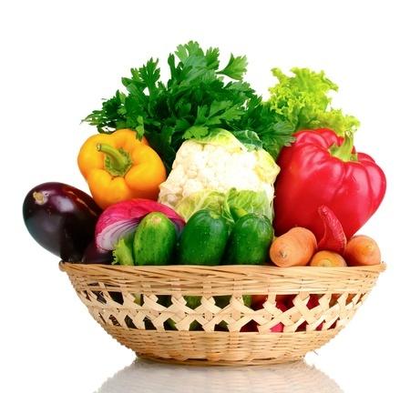 バスケットに盛られた新鮮な野菜たち